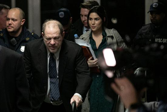 لحظة خروج المنتج السينمائى وينشتاين من المحكمة