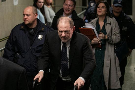 المنتج  هارفي وينشتاين يغادر إلى محكمة نيويورك الجنائية لمحاكمته الاعتداء الجنسي