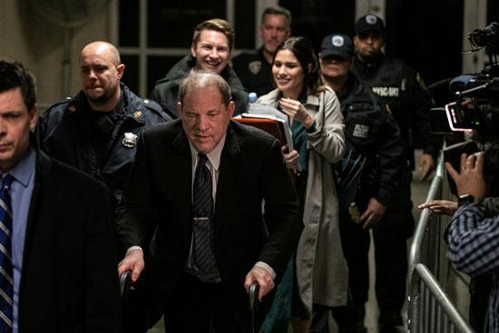 المنتج هارفى وينشتاين يغادر المحكمة