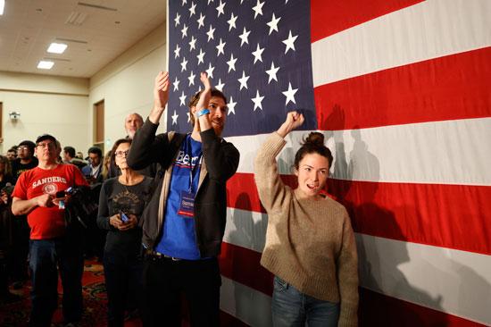 ينتظر أحدى مؤيدي المرشح الديمقراطي للرئاسة ونائب الرئيس السابق جو بايدن