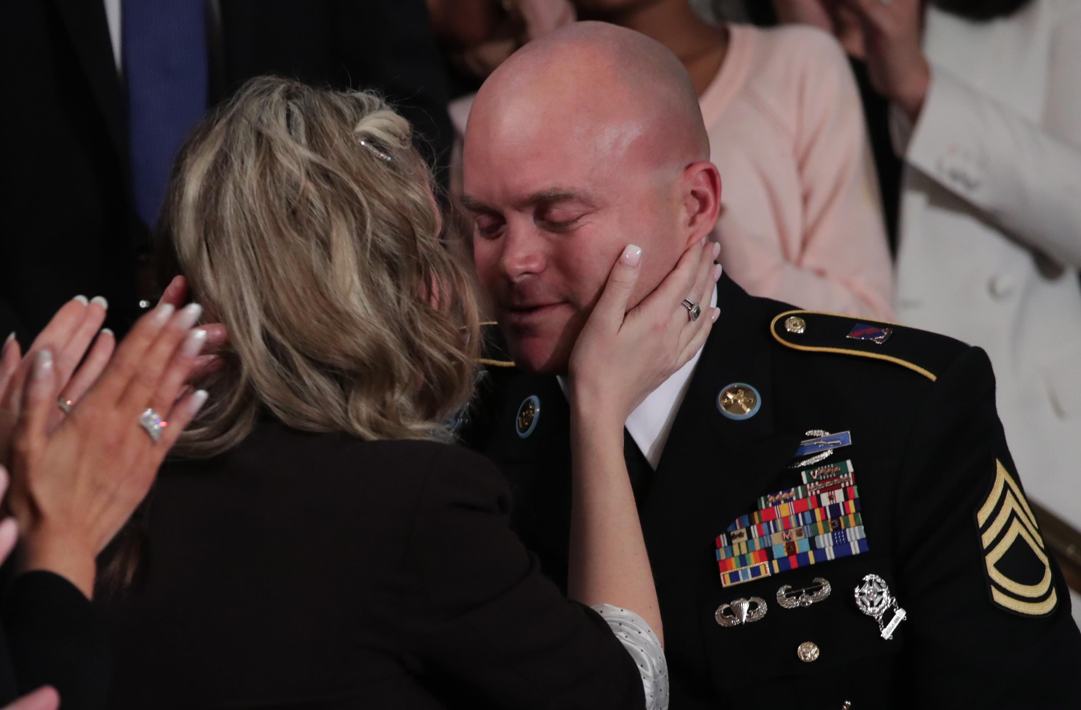 جندى يلتقى بزوجته لأول مرة منذ سنوات