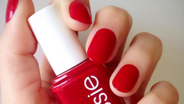 طلاء الأظافر باللون الأحمر