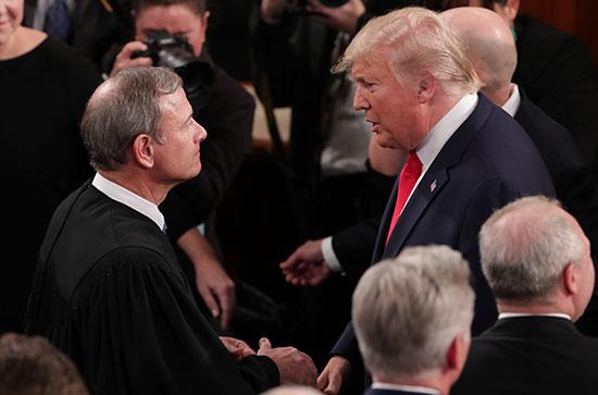رئيس المحكمة العليا جون روبرتس يتحدث لترامب