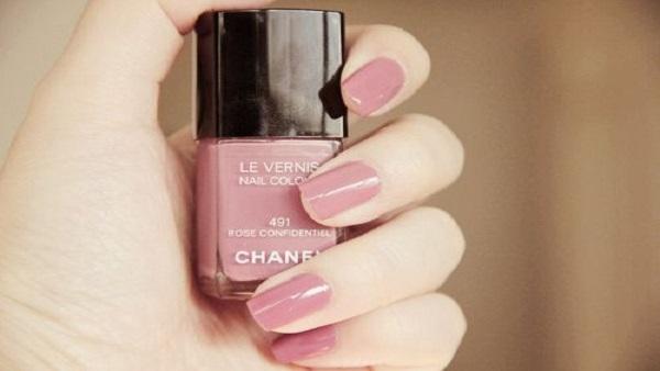 طلاء أظافر باللون الوردى