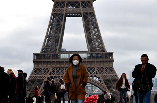 أمام برج إيفل فى باريس