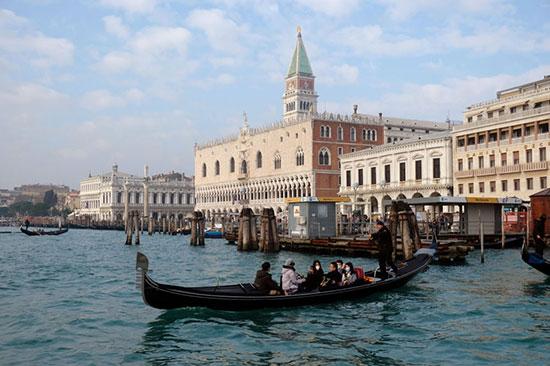 سياح فى مدينة البندقية