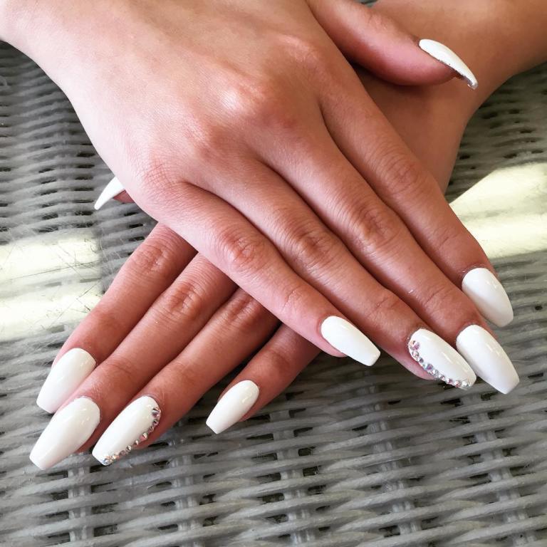 طلاء الأظافر باللون الأبيض