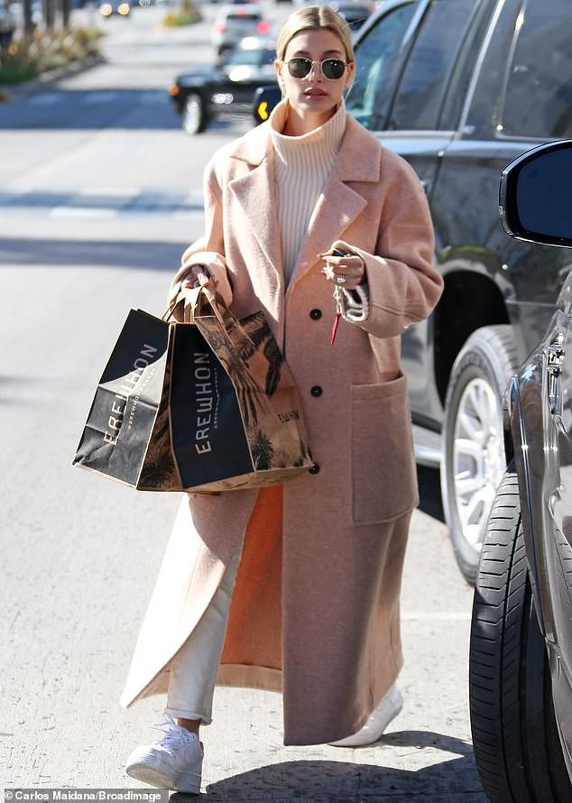 هيلى بيبر في معطف مشمشي أنيق
