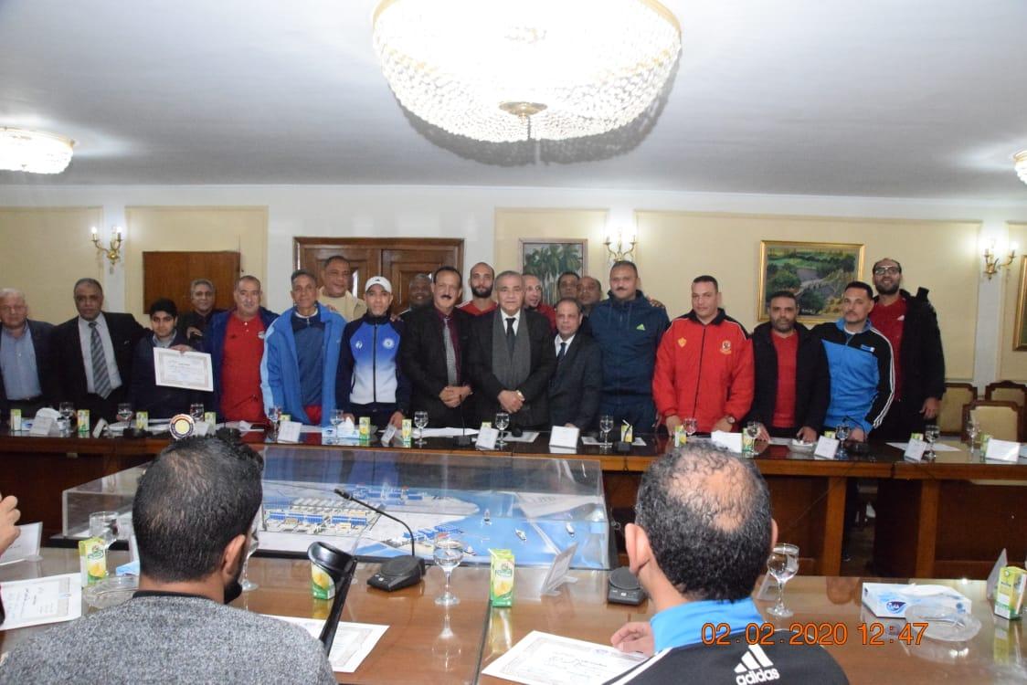وزير التموين يكرم  أعضاء  اللجنة الرياضية بالوزارة (3)