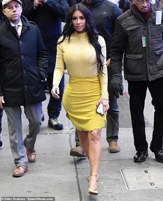 كيم كاردشيان في اطلالة صفراء