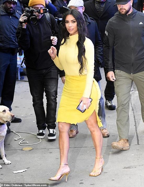 كيم كاردشيان ترتدى تنورة قصيرة
