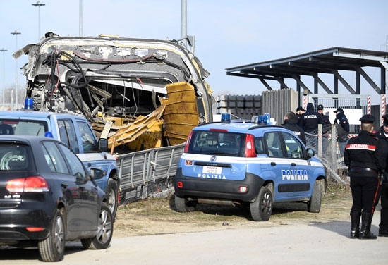 عربات-الشرطة-تعاين--موقع-الحادث