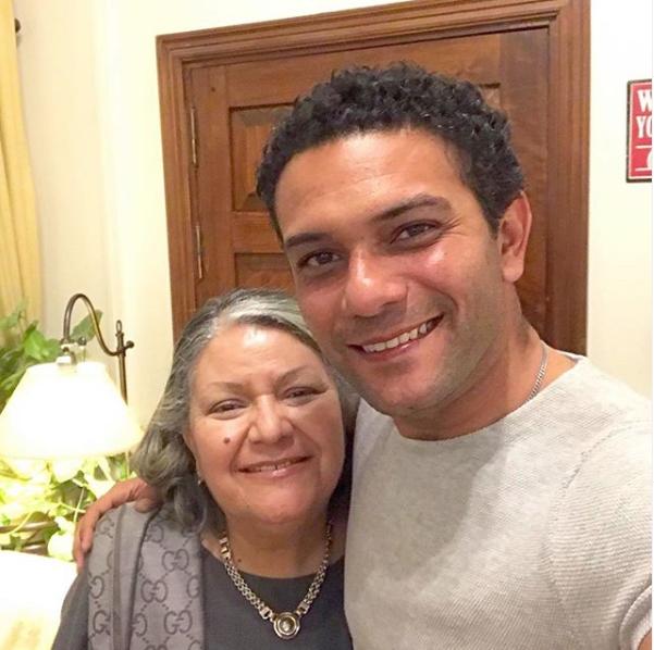 صورة آسر ياسين يحتفل بعيد ميلاد والدته ويمازحها بهذه الكلمات اليوم السابع