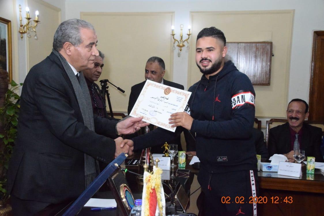 وزير التموين يكرم  أعضاء  اللجنة الرياضية بالوزارة (4)