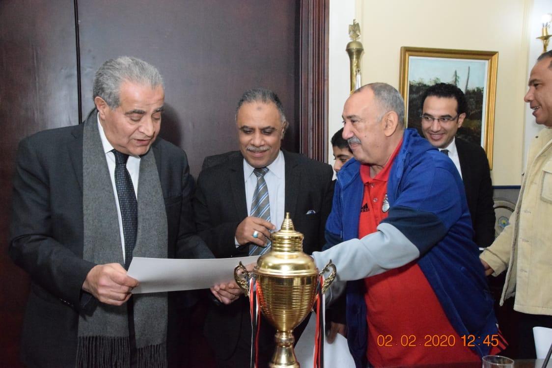 وزير التموين يكرم  أعضاء  اللجنة الرياضية بالوزارة (2)