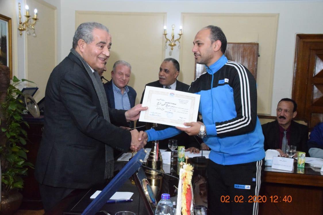 وزير التموين يكرم  أعضاء  اللجنة الرياضية بالوزارة (5)