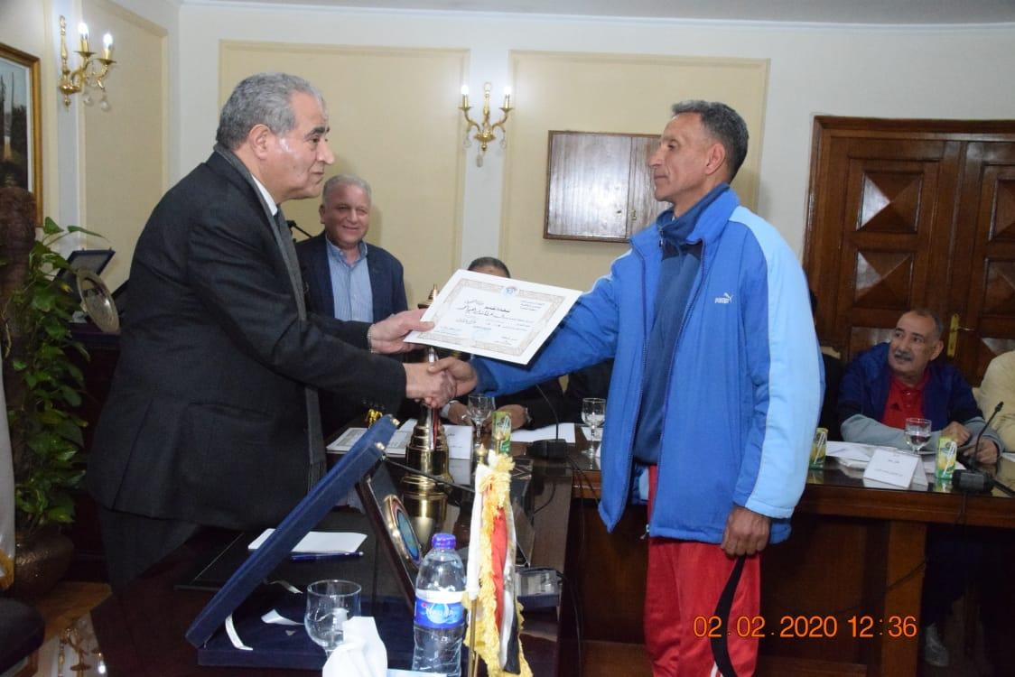 وزير التموين يكرم  أعضاء  اللجنة الرياضية بالوزارة (7)