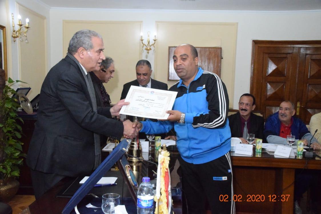 وزير التموين يكرم  أعضاء  اللجنة الرياضية بالوزارة (6)