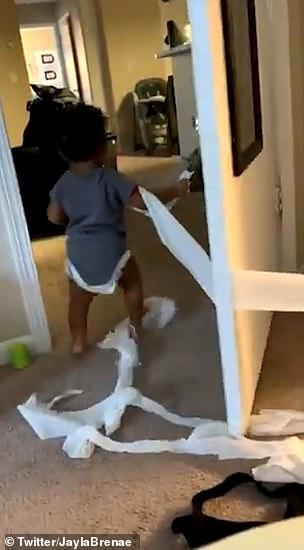 الطفل يحدث فوضى فى المنزل