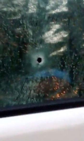 آثار اطلاق الرصاص على سياره