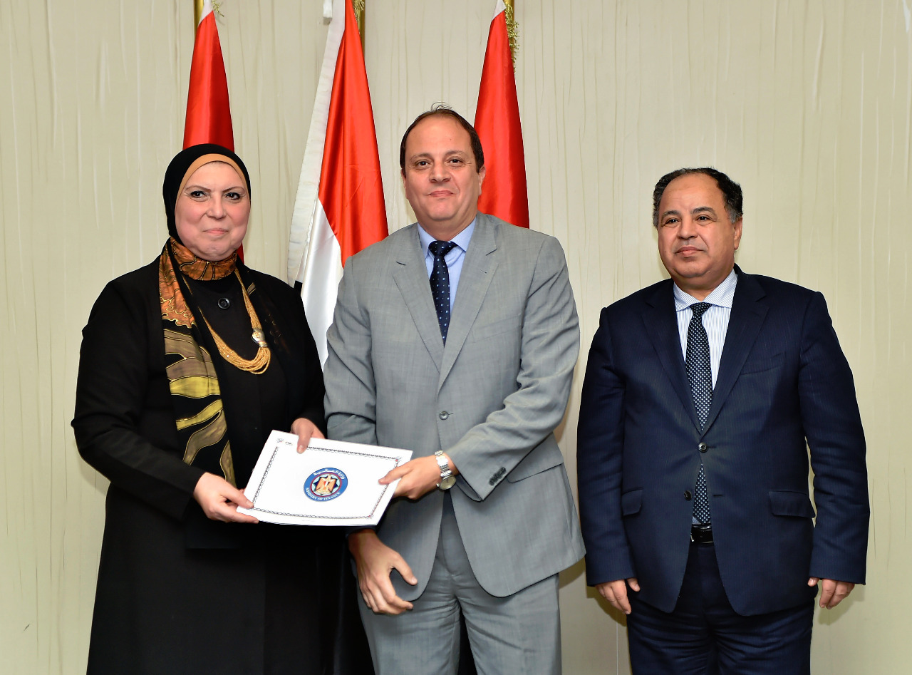 الوزيرة نيفين جامع مع مسئول باحدى الشركات