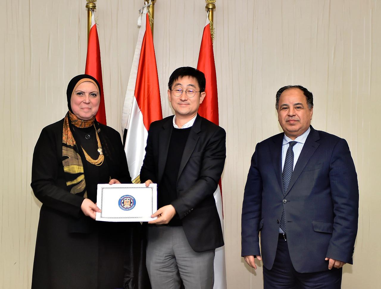 وزيرة التجارة مع محمد معيط ومسئول باحدي الشركات