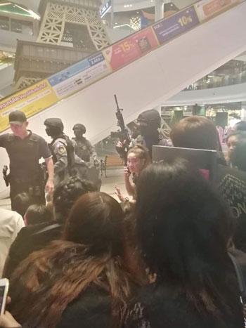 شرطة تايلاند تقتحم مركزا تجاريا