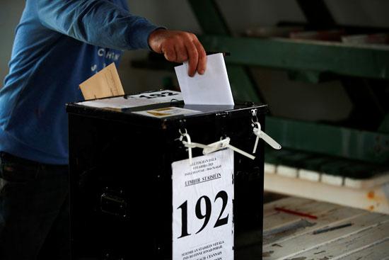 رجل يصوت في مركز اقتراع في جزيرة إنيشبوفين