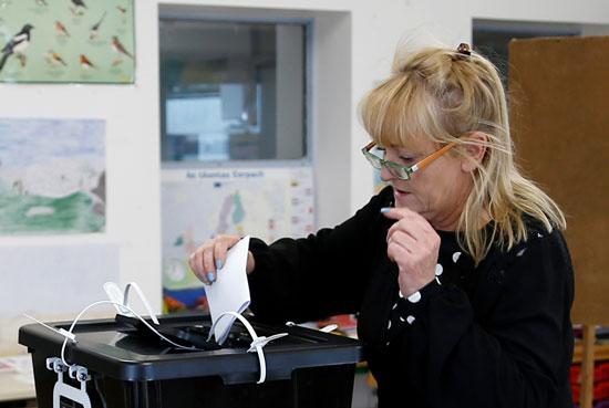 امرأة تدلي بصوتها في مركز اقتراع في إينيشير