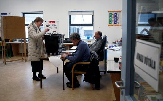 امرأة تصوت في مركز اقتراع في إينيشير