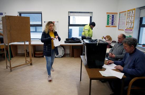 امرأة تستعد للإدلاء بصوتها في مركز اقتراع في إينيشير