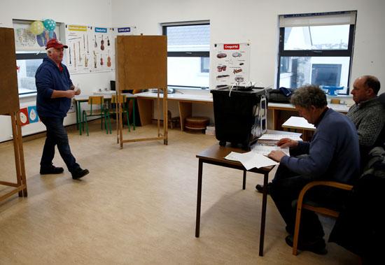 رجل يستعد للإدلاء بصوته في مركز اقتراع في إينيشير