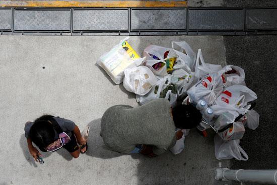 سيدة تحمل المواد الغذائية