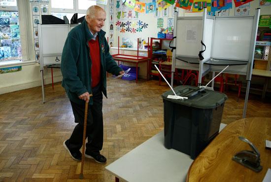 رجل مسن يلقي صوته في الانتخابات الوطنية الأيرلندية في كورك