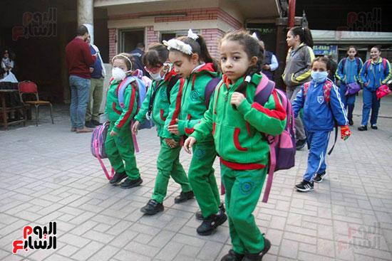 التلاميذ فى طريقهم إلى المدارس
