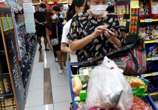 اقبال على شراء المواد الغذائية فى سنغافورة