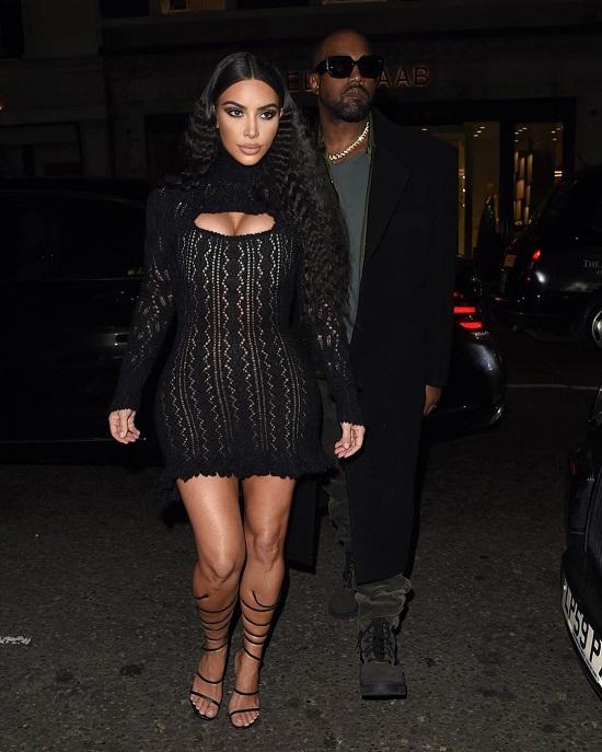 كيم كاردشيان بفستان أسود مذهل