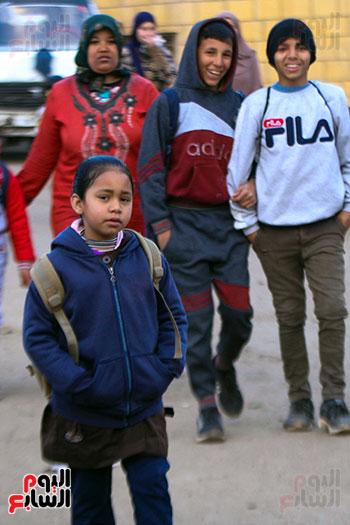 تلميذة فى طريقها للمدرسة