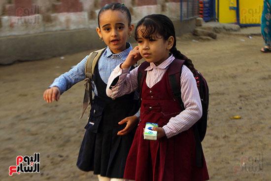 تلميذتين أثناء ذهابهن للمدرسة