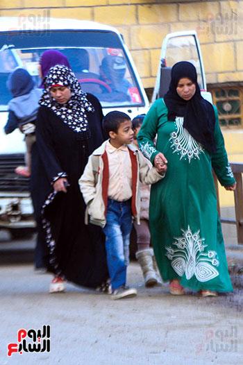 أمهات يصطحبن أبنائهن للمدرسة