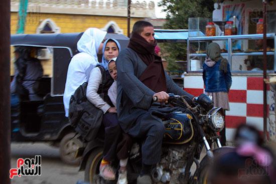 أب ينقل بناته للمدارس بالموتوسيكل