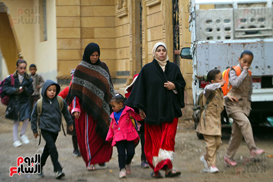 أمهات يحرصن على توصيل أبنائهن للمدرسة