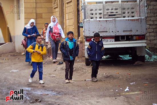 التلاميذ فى طريقهم للمدرسة بأول يوم داراسة