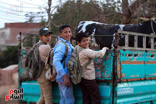 تلاميذ يستقلون سيارة نقل للذهاب للمدرسة