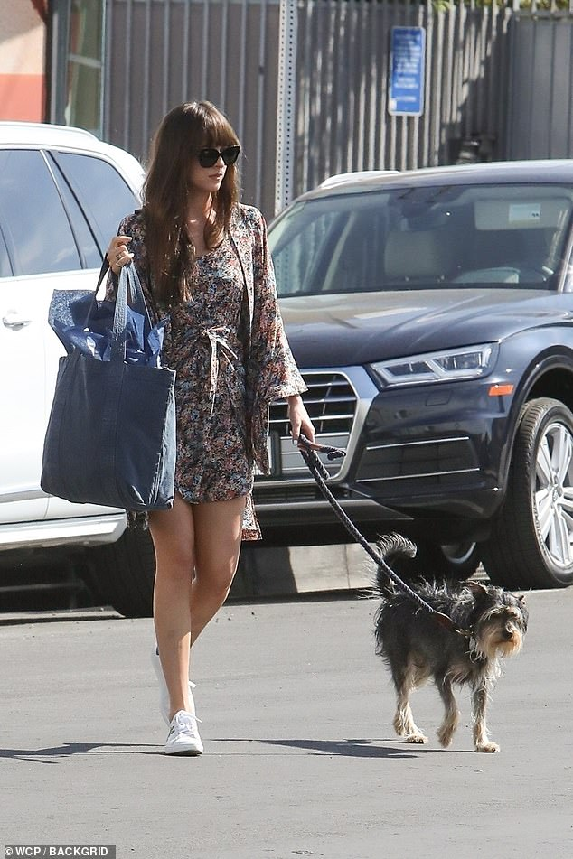 25345578-8058563-Mom_and_pup_day_out_The_pup_named_Zepplin_looked_perfectly_conte-a-59_1582943054811