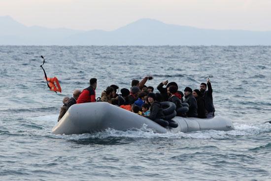 لاجئون-على-متن-قارب-يتجهون-صوب-اليونان