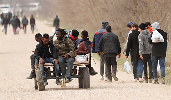مهاجرون يسيرون باتجاه معبر بازاركولي الحدودي التركي