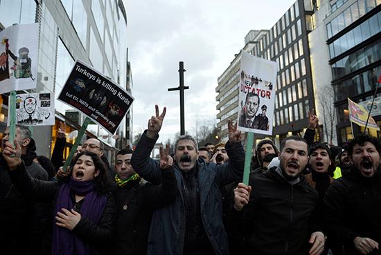 المتظاهرون يتظاهرون ضد زيارة الرئيس التركي قرب ميدان شومان في بروكسل