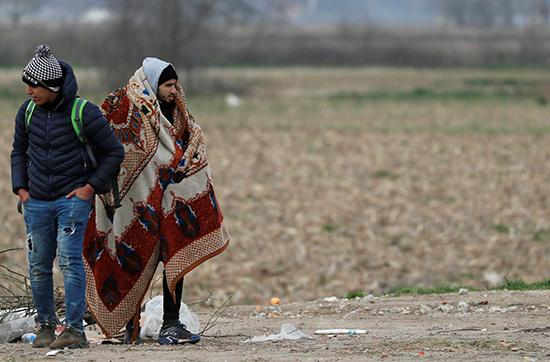 مهاجرون ينتظرون قرب من معبر بازاركولي الحدودي التركي مع كاستانس اليونانية في أدرنة