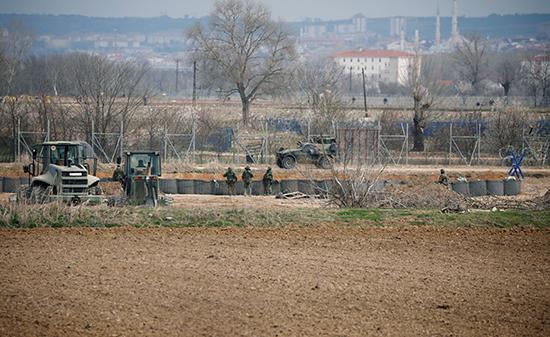 جنود يونانيون يقومون بدورية قرب معبر بازاركولي الحدودي التركي في كاستانيز